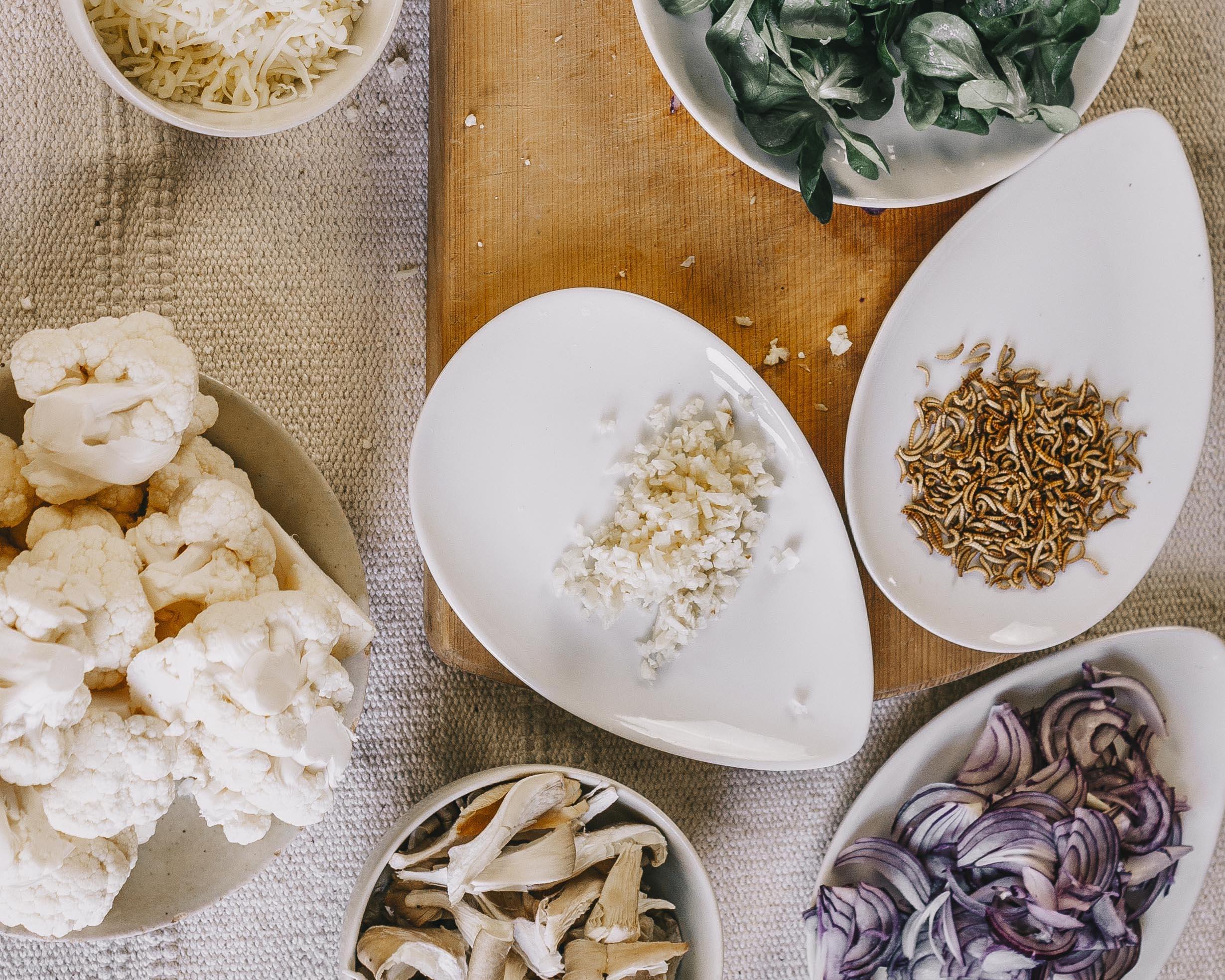 Lebensmittel aus Insekten von Entorganics auf dem Tisch mit Buffalowürmern. Diese kannst du auch bei uns kaufen.